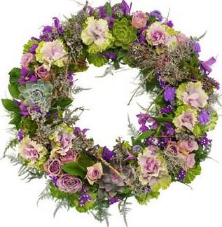Lila Trauerkranz | Eine Schleife mit Spruch kann online bestellt werden.