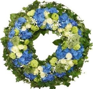 Grabkranz in Blau und Weiß mit Schliefe online bestellen. Trauerkranz online