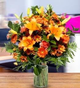 onnenaufgangsidylle-orangene-lilien-nelken